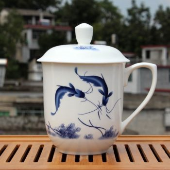 CBDI40-L-01手工高档 骨瓷将军杯 青花年年有余图茶杯 品茗杯 大号老板杯尺寸:高 17cm 净高 12cm 口径 11cm 容量 850ml 重量 600g