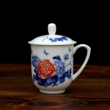 CBDI33-K 1手绘青花斗彩花卉蝴蝶骨瓷茶杯 带盖老板杯 办公杯 尺寸:口径8.6厘米 盖径 9.6厘米 高 13.6厘米 容量 380毫升