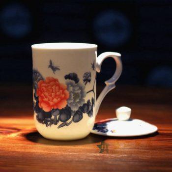 CBDI48-A手绘粉彩花卉蝴蝶骨瓷茶杯 带盖茶杯 老板杯办公杯 尺寸 :口径 7.7厘米 盖径 8.6厘米 高 13.8厘米 容量 350毫升