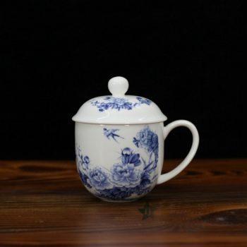 CBDI47-B手绘青花骨瓷茶杯 老板杯 办公杯 尺寸:口径 9.2厘米 盖径 10厘米 高 12.8厘米 容量 350厘米