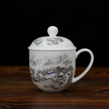 CBDI47-D手绘粉彩雪景图骨瓷茶杯 带盖泡茶杯 办公杯 老板杯 尺寸:口径 9.2厘米 盖径 10厘米 高 12.8厘米 容量 350毫升