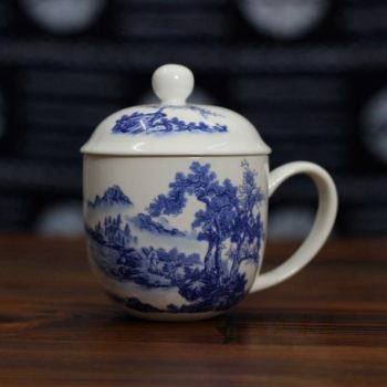CBDI47-A 1手绘青花骨瓷茶杯 带盖泡茶杯 老板杯办公杯 尺寸:口径 9.2厘米 盖径 10厘米 高 12.8厘米 容量 350毫升