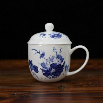 CBDI47-E手绘青花荷塘鸟趣图骨瓷茶杯 带盖泡茶杯 老板杯 办公杯 尺寸:口径 9.2厘米 盖径 10厘米 高 12.8厘米 容量 350毫升