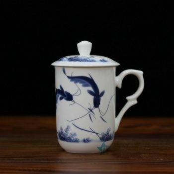 CBDI48-C手绘青花骨瓷茶杯 带盖泡茶杯 办公杯 老板杯 尺寸:口径 7.7厘米 盖径 8.6厘米 高 13.8厘米