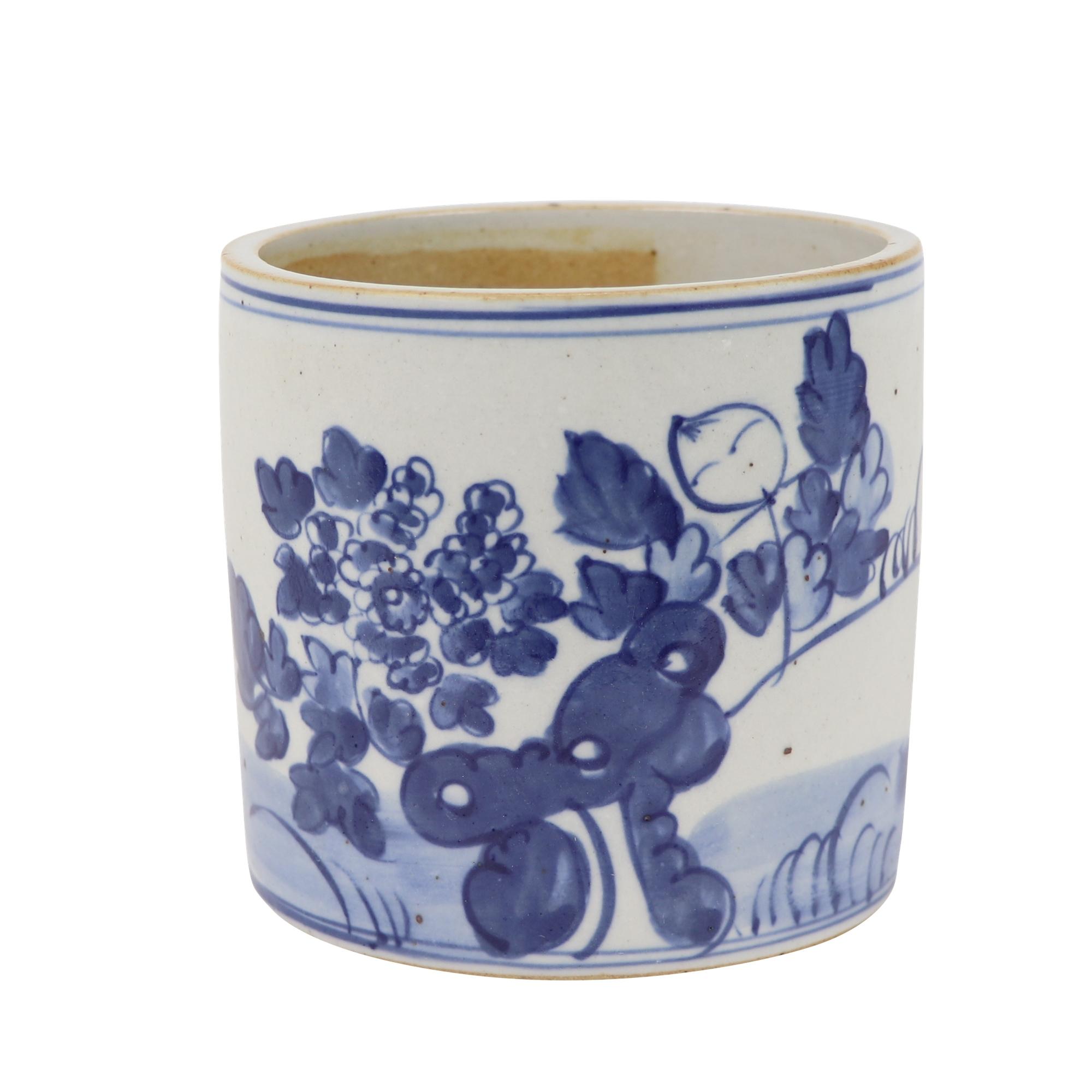 青花瓷花纹设计的圆形笔筒