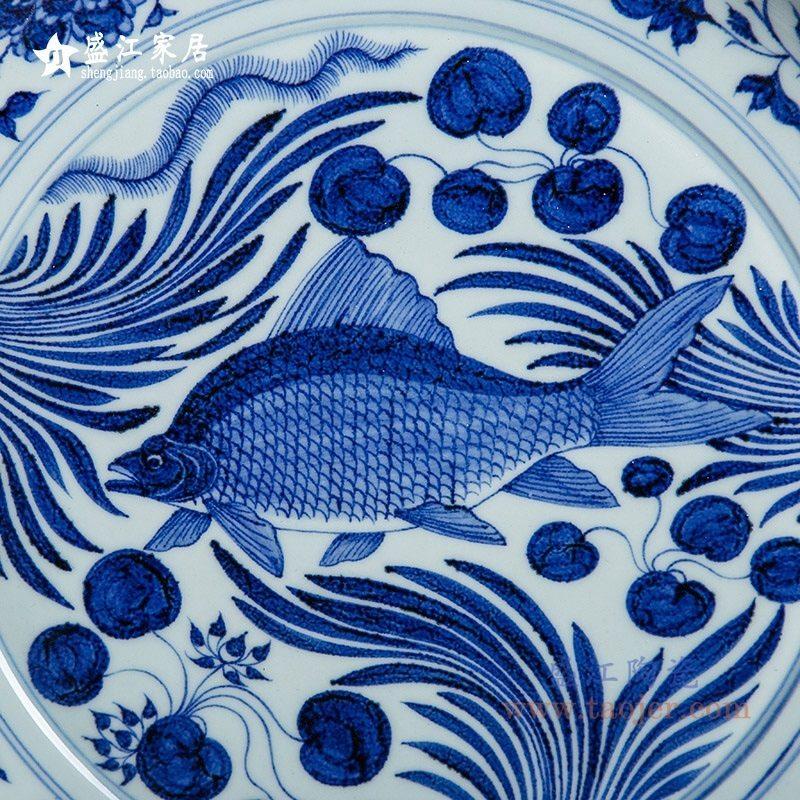 上图:RZQV011仿古手绘元青花 鱼藻纹大盘 鱼纹细节 购买请点击图片