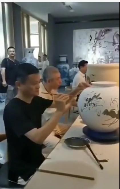 马云在景德镇即兴创作青花陶瓷作品