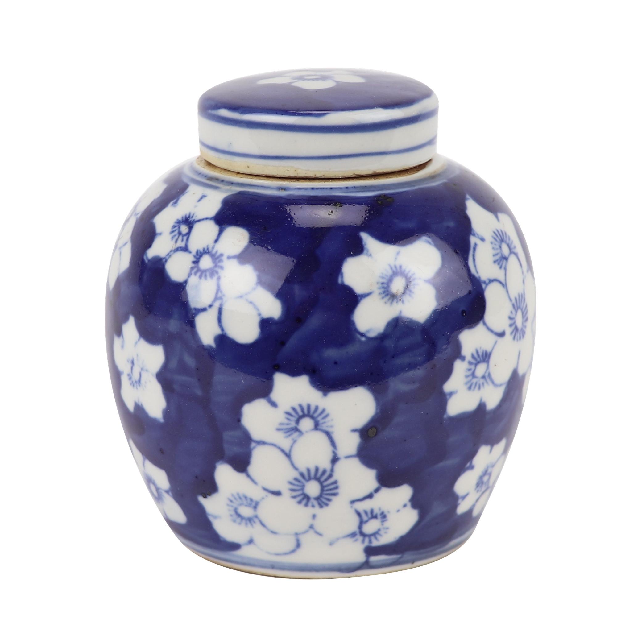 青花梅花纹设计的陶罐